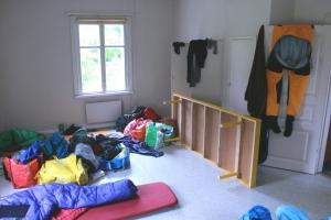 Så kan det se ut när tre instruktörer försöker flytta in i samma rum